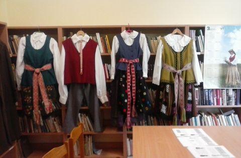 """Skriaudžių bibliotekoje vyko popietė """"Tautinio drabužio supratimas šiandien"""", skirta Tautinio kostiumo metams paminėti (1)"""