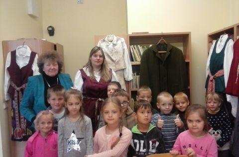"""Skriaudžių bibliotekoje vyko popietė """"Tautinio drabužio supratimas šiandien"""", skirta Tautinio kostiumo metams paminėti (2)"""