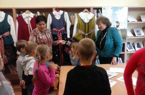 """Skriaudžių bibliotekoje vyko popietė """"Tautinio drabužio supratimas šiandien"""", skirta Tautinio kostiumo metams paminėti(3)"""